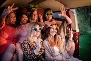 zes meisjes met accessoires in de VW combi van foto lama