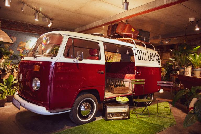 foto van de VW combi van de Foto lama met een op maat gemaakte decoratie